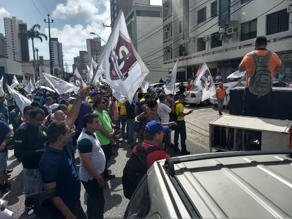 Trabalhadores protestam em frente à sede do sindicato patroal (Foto: )