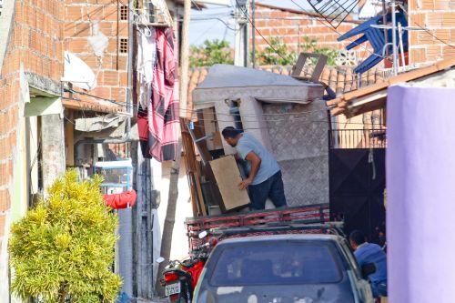 Família retirando seus pertences no bairro Barroso, após ameaças de organização criminosa (Foto: Arquivo)