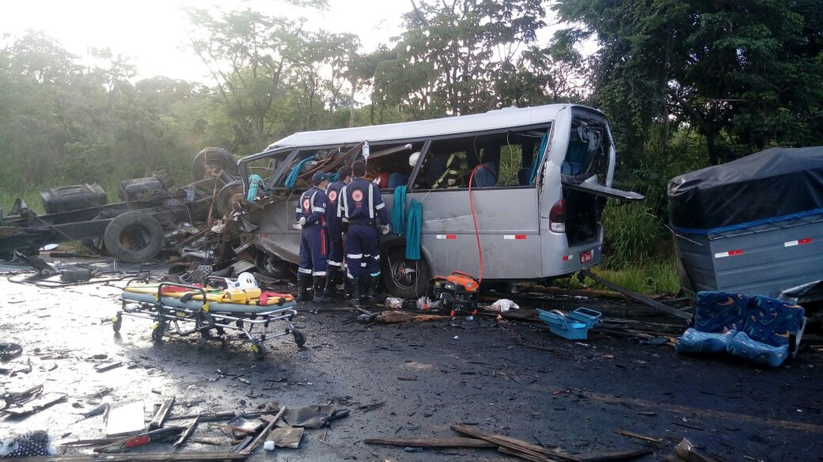 Profissionais do SAMU prestam atendimento no local do acidente