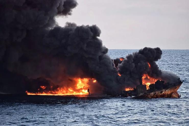 Petroleiro pegando fogo