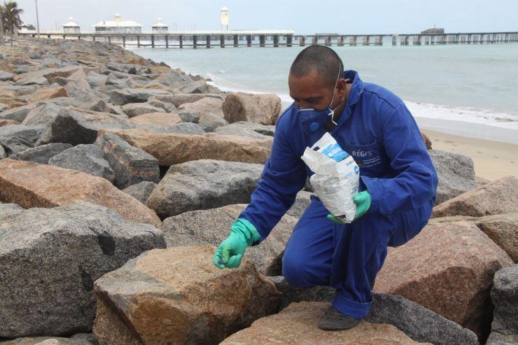Agente de saúde realiza trabalho na Praia de Iracema