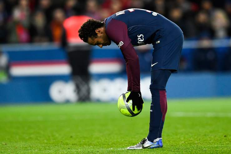 Foto de Neymar posicionando a bola para cobrar o pênalti