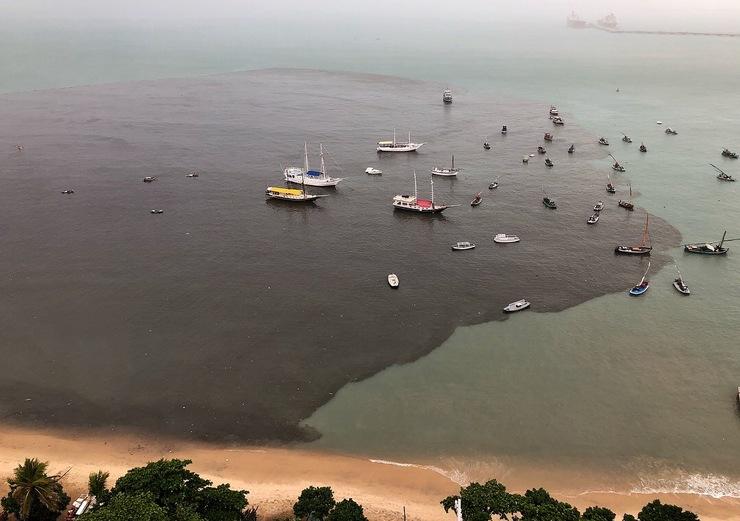 Foto de mancha preta espalhada na praia do Mucuripe