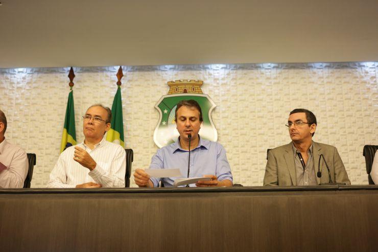 Secretário dos Recursos Hídricos Francisco Teixeira, governador Camilo Santana e o presidente da Funceme, Eduardo Sávio, durante coletiva