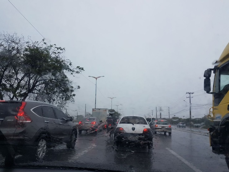 carros em dia de chuva