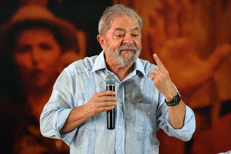 Lula discursando na sede da CUT
