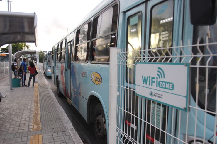 Ônibus passam por canteiro central em avenida