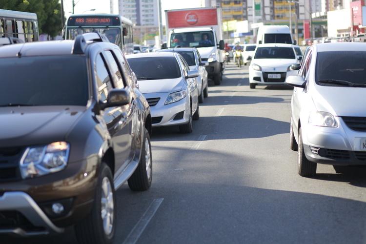Foto de carros no trânsito de Fortaleza