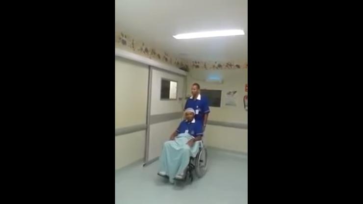 funcionário levando o outro na cadeira de rodas