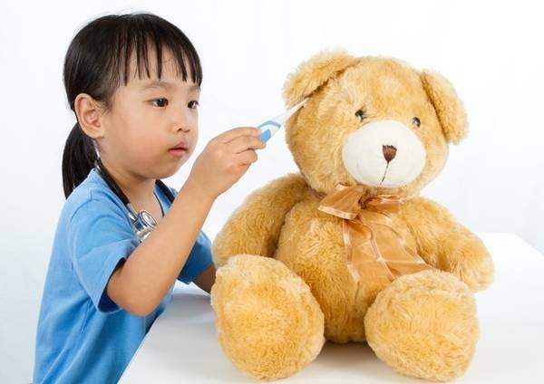 criança com um urso de pelúcia