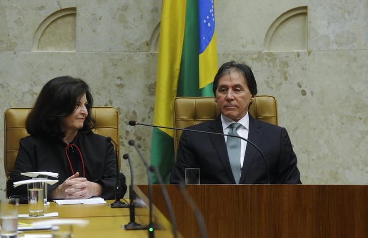 Raquel Dodge sentada ao lado de Eunício Oliveira