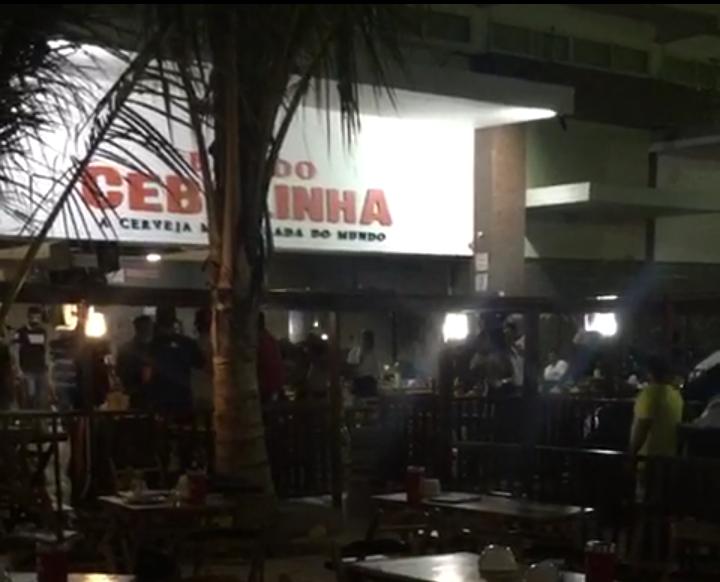 Clientes do Bar do Cebolinha, no bairro Maraponga, se assustaram com tiros dentro do estabelecimento, por volta das 4 horas. (Foto: Reprodução/Whatsapp)