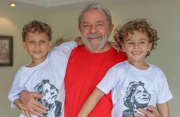 Lula e seus dois netos