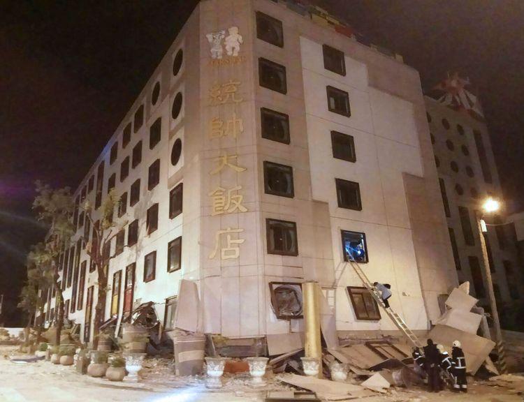 Trabalhadores fazem operação de resgate em hotel com estrutura abalada