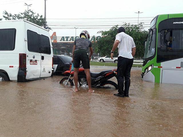 Carros, motos e ônibus ficaram ilhados durante manhã e tarde desta quarta-feira- 7, em Juazeiro do Norte. (Foto: Reprodução/Whatsapp)