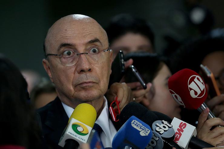 Foto de Henrique Meirelles concedendo entrevista