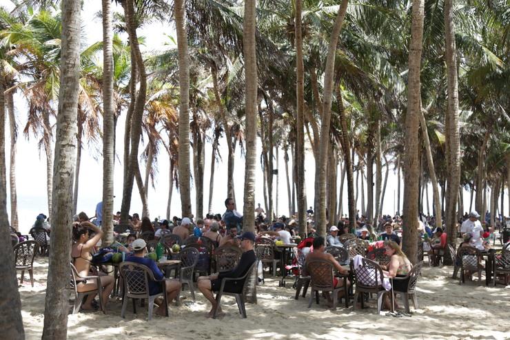 Barraca de praia com muita gente