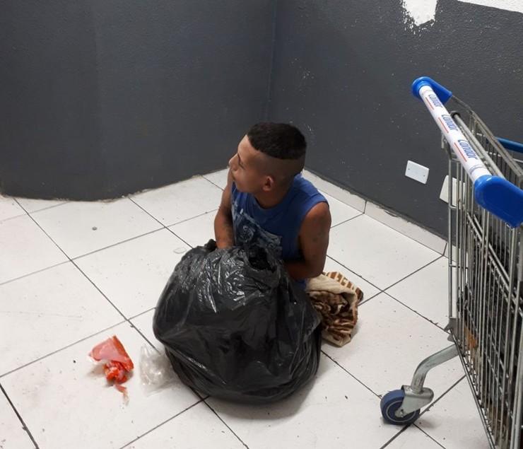 Preso tenta fugir de delegacia escondido em saco de lixo