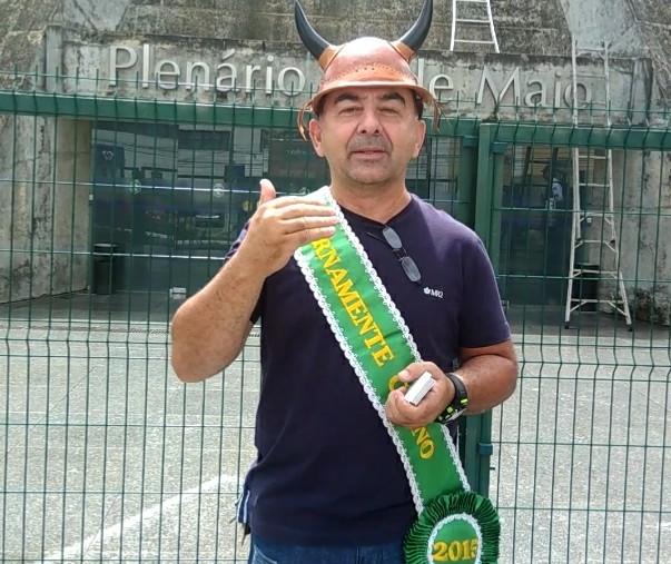 José Maria, com chifres e faixa presidencial, na frente do plenário da Assembleia