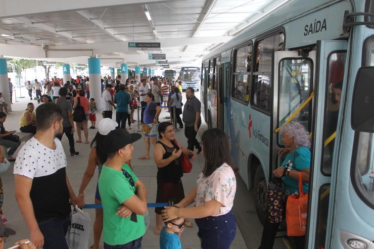 pessoas no terminal de ônibus