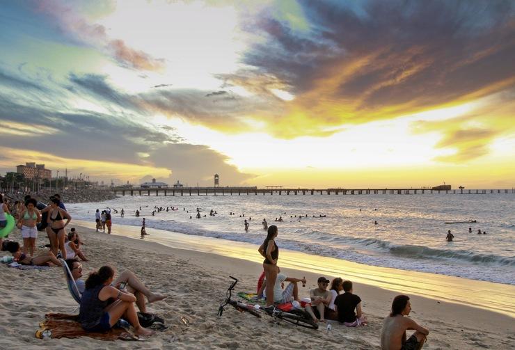 Imagem do pôr do sol na Praia de Iracema, com a Ponte dos Ingleses ao fundo