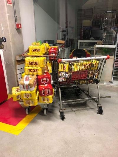 Carrinho de supermercado carregado com latas de cerveja de marcas diversas, que atingiu a senhora