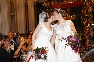 Beijos entre as primeiras mulheres que casaram no Copacabana Palace.