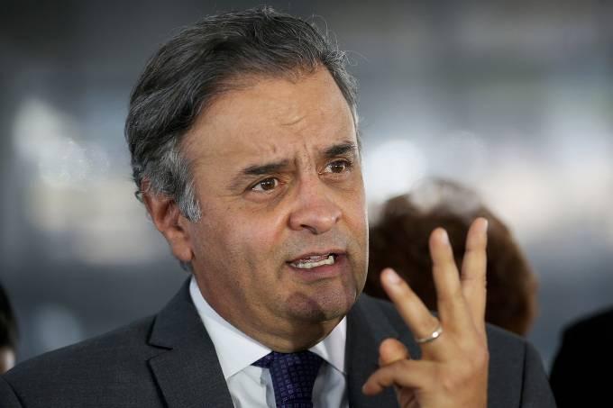 Senador Aécio Neves com três dedos levantados
