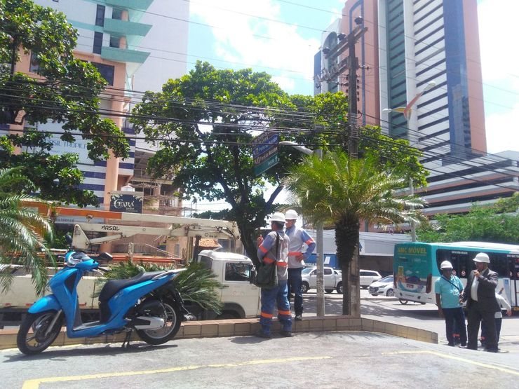 Caminhão parado na Avenida Abolição enquanto funcionários esperam para cortar energia de apartamentos