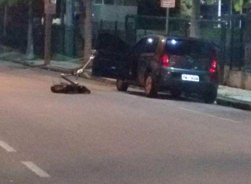 Robô colocado ao lado de carro preto encontrado com bombas perto da Assembleia