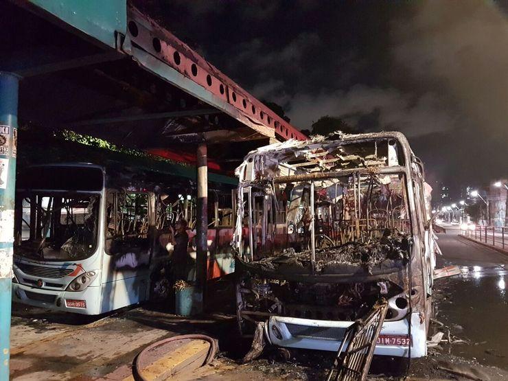 Ônibus incendiado na Praça Coração de Jesus