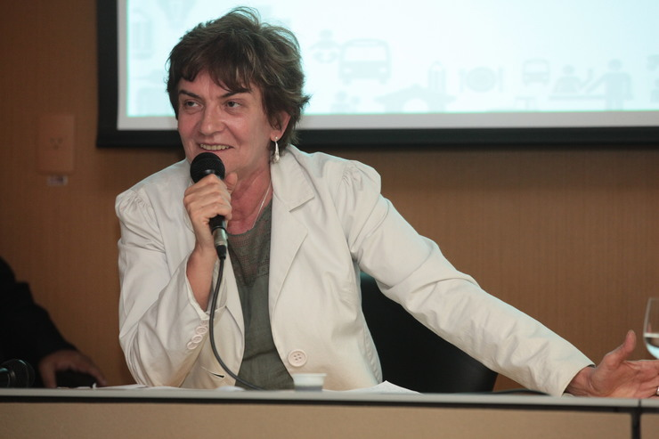 Ana Fonseca, de blazer, fala ao microfone