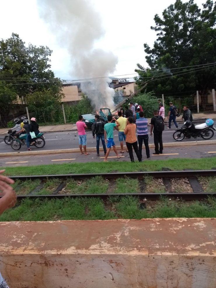 Carro colide com poste, pega fogo e motorista de 18 anos morre carbonizado; 4 ficam feridos