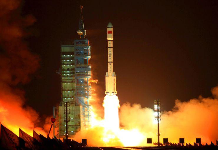Foto do foguete saindo da plataforma de lançamento, com jatos disparando fogo