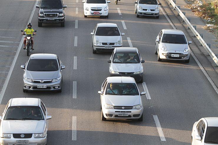 Carros em rodovia federal