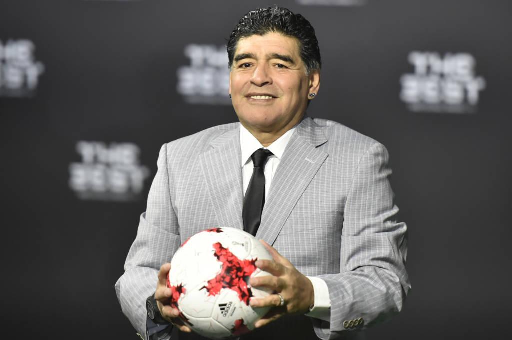 Diego Maradona com a bola na mão