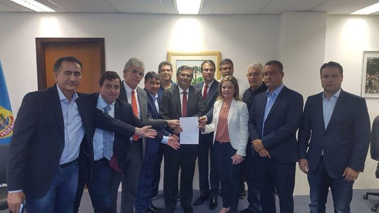 Grupo de políticos tira foto segurando carta
