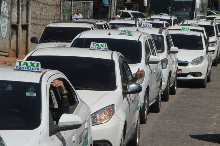 Táxis enfileirados em via pública