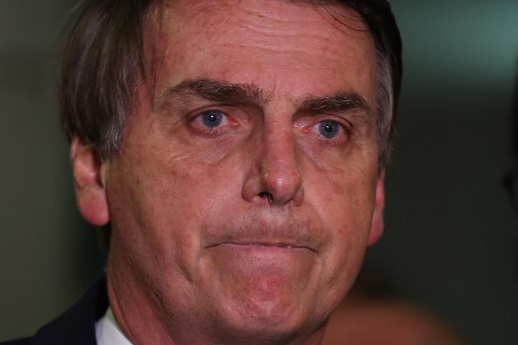 Foto de rosto de Bolsonaro com expressão tensa