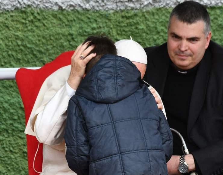 Papa conversa com criança ao pé do ouvido