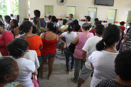Posto de saúde lotado, com pessoas a pé em filas