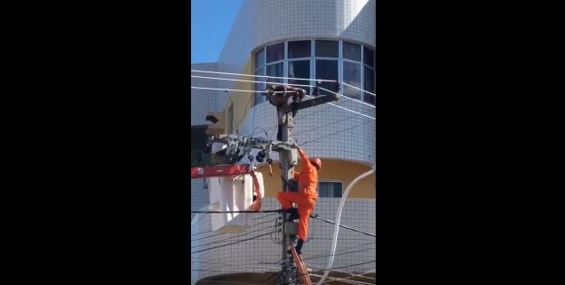 Vídeo: Homem ameaça se matar em Sobral e é resgatado por bombeiros