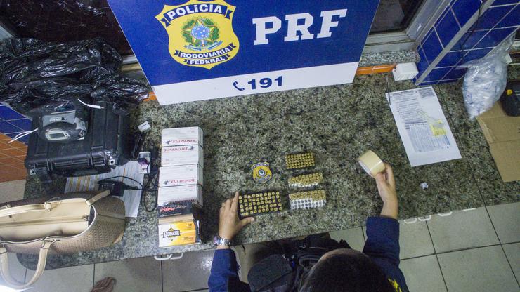 PRF apreende carga de mil munições que seria entregue à facção criminosa em Fortaleza