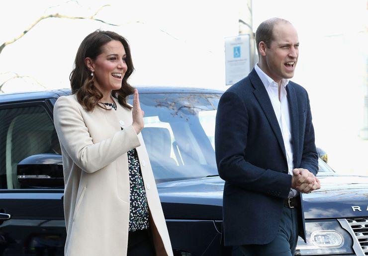 Kate acena, ao lado de William