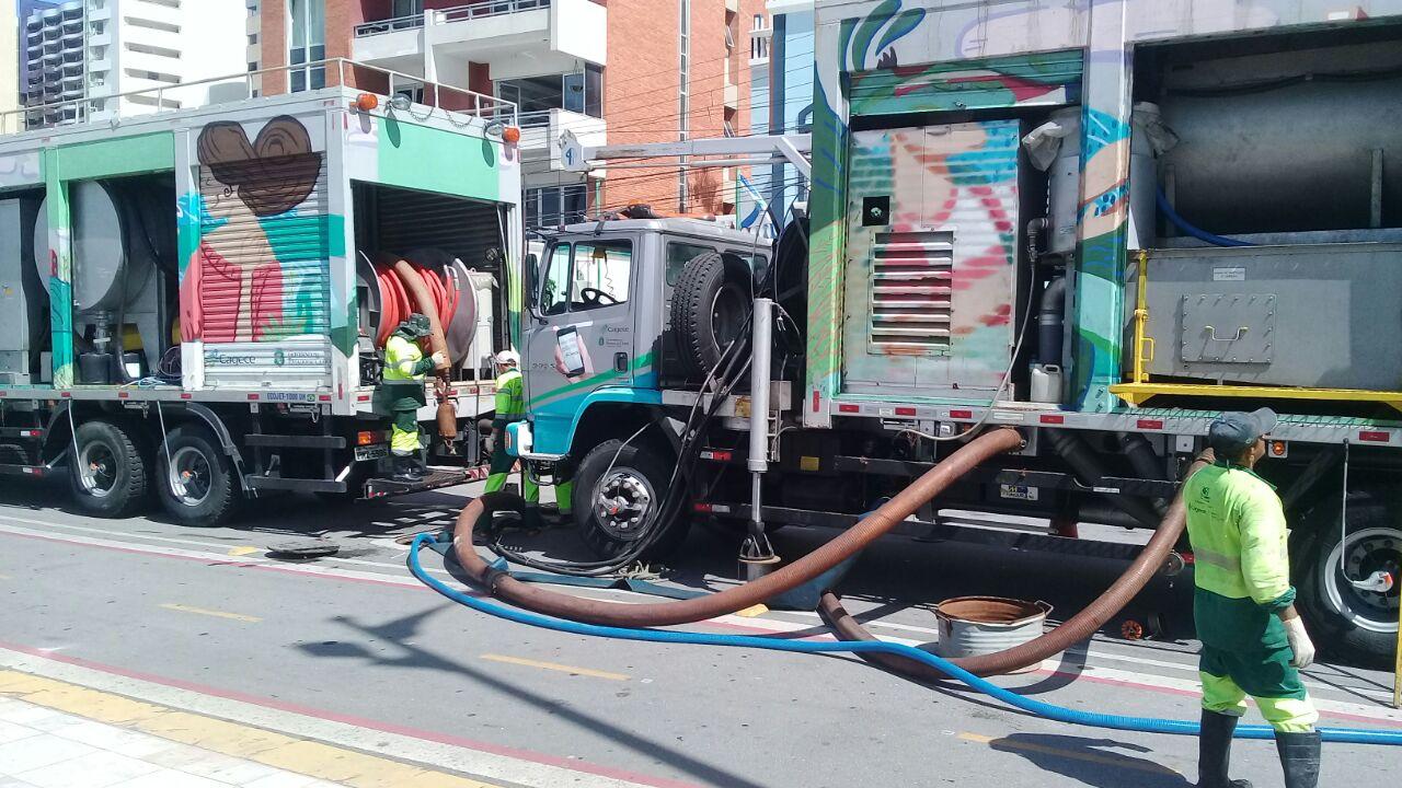 Trabalhadores da Cagece fazendo limpeza na tubulação de Fortaleza