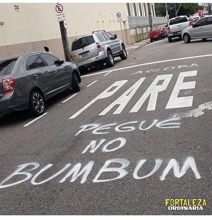 Agora pare e pegue no bumbum escrito em uma via no centro de Fortaleza