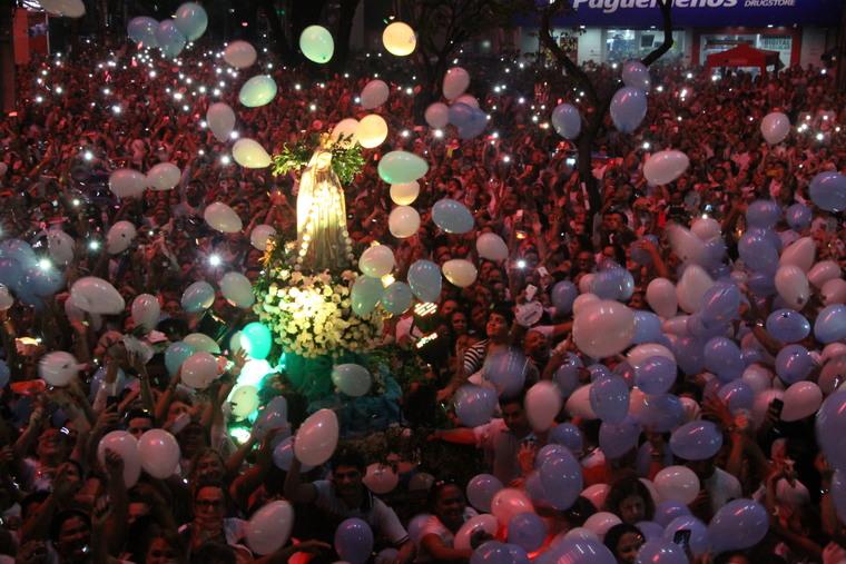 Multidão de fieis no entorno da estátua de Nossa Senhora de Fátima