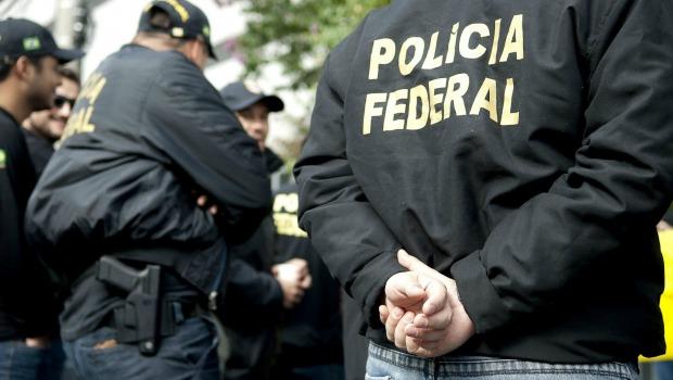 Agentes da PF de costas