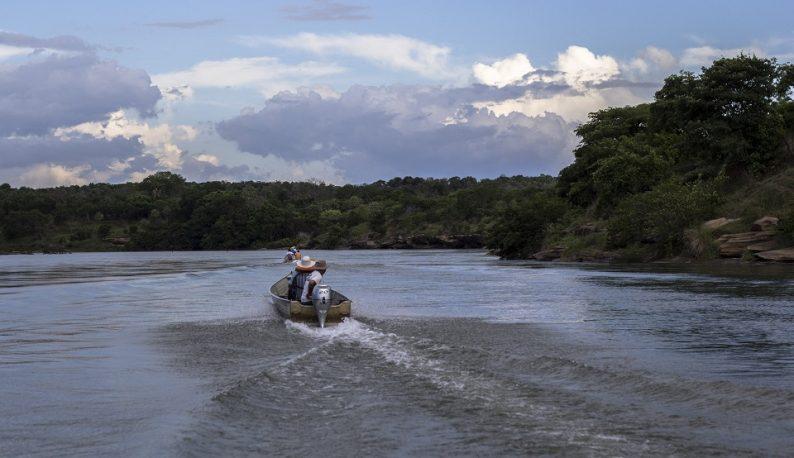 Barco no meio do rio Parnaíba