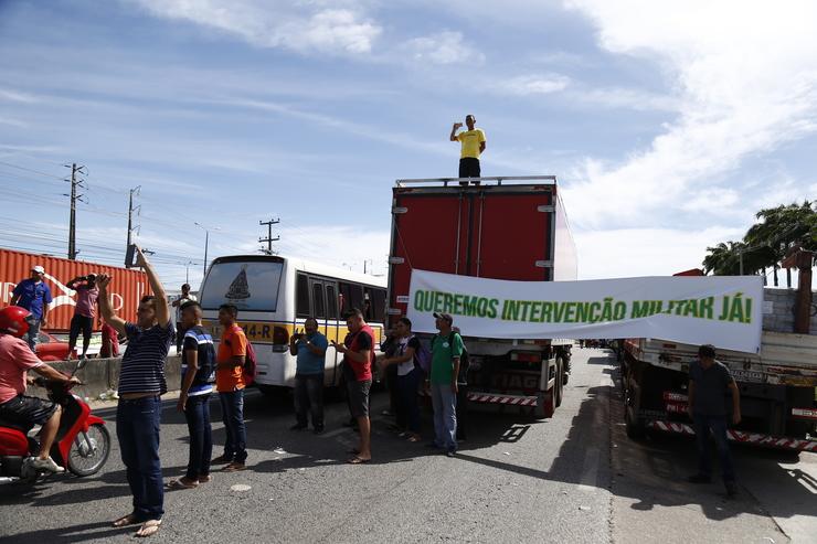Faixas pedindo intervenção militar figuravam no cenário da paralisação dos caminhoneiros, no Ceará